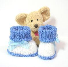 Chaussons bébé tricotés blancs et bleus 0/3 mois Tricotmuse : Mode Bébé par tricotmuse