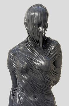 Le figure di marmo velate dello scultore Kevin Francis Gray