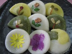화전(hwajeon) / Flower Rice Cakes  Round, flat, glutinous rice cakes, decorated with edible flowers. They are often served with syrup.