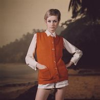 Sixties Fashion - English model Twiggy wears an orange knitted sleeveless cardigan over a cream coloured shirt and shorts in front of a beach scene backdrop setting circa Get premium, high resolution news photos at Getty Images Estilo Twiggy, Twiggy Model, Twiggy Style, Twiggy Hair, Fashion Models, Fashion Outfits, Hijab Fashion, Red Sleeveless Dress, Short Summer Dresses