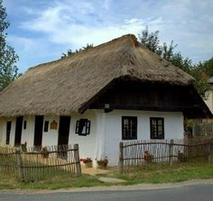 Casa la tara.Romania... Camping Resort, Rural House, Vernacular Architecture, European House, Historical Pictures, Rustic Design, Traditional House, Old Houses, Countryside