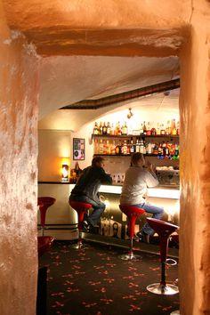 """Los bares máDM Bar – Tallín, Estonia. Las siglas de este local hacen referencia a la icónica banda Depeche Mode. El bar fue abierto en 1999 por un fan de la música de esta agrupación, sin embargo, fue hasta el año 2001 cuando su popularidad se disparó, luego de que los miembros del combo lo visitaran. Obviamente, toda la decoración del sitio hace referencia a Depeche Mode, además de que dentro de la carta encontraremos cocteles como """"Personal Jesus"""", """"Blue Dress"""" y """"Barrel of a Gun""""."""