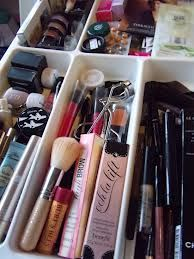 make up en sieraden in een bestek lade.