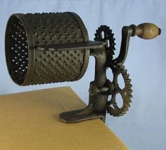 Antique Vintage Houchin Cast Iron Vegetable Food Grater w/Crank Handle Pat. Vintage Appliances, Vintage Kitchenware, Décor Antique, Antique Items, Vintage Tools, Vintage Items, Primitive Kitchen, Old Tools, Cast Iron Cookware