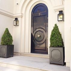 Beautiful Front Door Planter Ideas 29 The walkway, porch and front door are the first things that visitors see and they may be appalled, bored or … Front Door Hardware, Front Door Entryway, Entrance Doors, Doorway, Beautiful Front Doors, Black Front Doors, Beautiful Beautiful, Front Door Planters, Black Planters