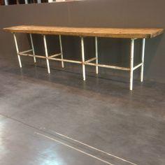 grande table de drapier piétement fonte de fer en tube rond dessus bois sapin massif. XX siècle