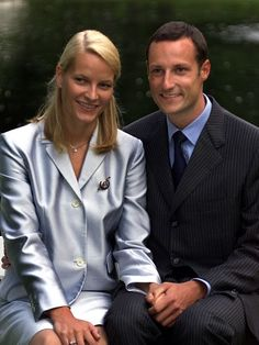 Photosession in the Palace Park in connection with a pre-wedding press conference in the Ballroom on the Royal Palace, Oslo three days before the wedding on August 22nd 2001; wedding of Crown Prince Haakon and ms. Mette-Marit Tjessem Høiby, August 25th 2001