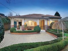 Brick californian bungalow house exterior with porch & hedging - House Facade photo 1407145