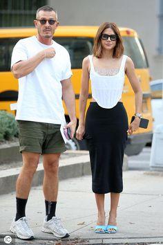 Fashion editor Christine Centenera attends Marc Jacobs fashion show during New York Fashion Wee_国际_蛋蛋赞 Fashion Couple, Fashion Show, Women's Fashion, Couple Outfits, Work Outfits, London Fashion, New York Fashion, Christine Centenera, Stylish Couple