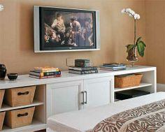 A televisão está garantida no quarto do casal que adora ver filmes.
