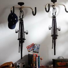 Kromstuur als kapstok met een getekende fiets d'r onder. Grappig.