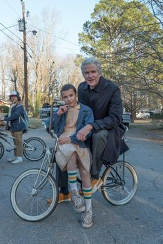 "Millie Bobby Brown, Mathew Modine and Gaten Matarazzo (in the background) behind the scenes of ""Stranger Things"" Stranger Things Actors, Stranger Things Quote, Bobby Brown Stranger Things, Stranger Things Have Happened, Stranger Things Aesthetic, Stranger Things Netflix, Stranger Things Season, Nancy Stranger Things, Eleven Stranger Things Costume"