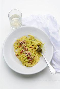 Spaghetti con pesto di fave e mandorle