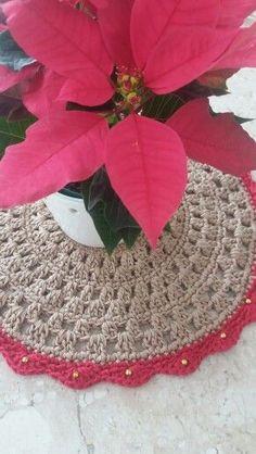Poinsettia + Christmas Crochet doily (free pattern).
