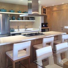 """""""Linda cozinha integrada à sala de jantar!! Ideal para pequenos apartamentos... By @moniserosaarquitetura  #arquitetura #arquiteta #kitchen…"""""""