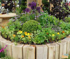 Dá para reaproveitar ripas de madeiras para construir um belo canteiro para suas flores. Que espécies você cultivaria?