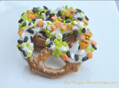 Easy Halloween Pretzels- perfect for parties or treat bags.