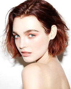 make-up short hair red hair eye makeup face makeup hair/makeup inspo Beauty Makeup, Face Makeup, Hair Beauty, Blonde To Burgundy, Beauty Trends, Beauty Hacks, Makeup Trends, Monochromatic Makeup, Best Eyebrow Products