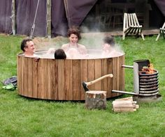 Avoir une baignoire extérieure chauffée sans son jardin sans casser sa tirelire, c'est désormais possible avec Dutchtub. L'eau de votre baignoire sera chauffée grâce à des bobines en acier inoxydable qui entourent un feu de bois! Vous pouvez même préparer le petit déjeuner sur le feu tout en prenant votre bain. L'eau circule naturellement dans le Dutchtub. L'eau qui se refroidit va au fond de la baignoire puis est aspiré dans les bobines, où elle est réchauffée avant de retourner dans la…