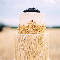 Dessert anyone?  This alpaca farm wedding inspiration on the blog today is just the cutest.  Cake: @sugarbeesweets | Concept and florals: @everlyalaineflorals | Photo: #100lcmember @nicberrettphoto by 100_layercake