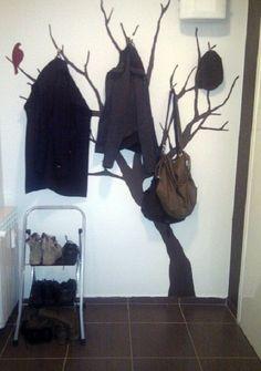 Интересный и простой элемент декора - нарисованное дерево на стене с вешалками.