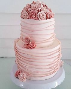 Um lindo bolo para comemorar o aniversário  da querida @karinne_trajano  @bombocadobolosfinos #bombocadobolosfinos #bombocado #feitodeacucar