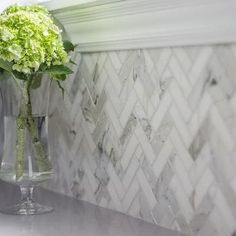Calacatta Marble Backsplash - Design photos, ideas and inspiration. Amazing gallery of interior design and decorating ideas of Calacatta Marble Backsplash in bathrooms, laundry/mudrooms, kitchens by elite interior designers. Küchen Design, Home Design, Kitchen Redo, Kitchen Remodel, Gray Kitchen Backsplash, Kitchen Ideas, Kitchen Backsplash Inspiration, Fireplace Backsplash, Kitchen Soffit