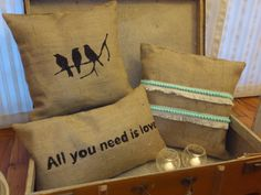 Almohadones arpillera ANDA LUCIA Diy Pillows, Cushions, Home Projects, Burlap, Sweet Home, Shabby Chic, Creations, Weaving, Lily