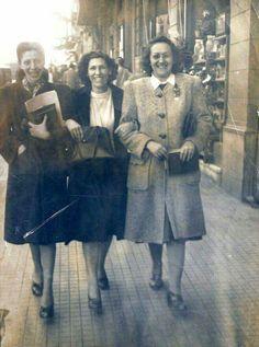 Início da década de 40 - Três amigas caminham pela avenida São João e, provavelmente, deve ser mês de junho ou julho por estarem bem agasalhadas.