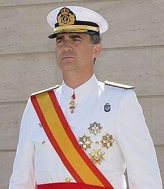 Felipe VI de España (Madrid, España, 30 de enero de 1968) es el actual rey de España, título por el que ostenta la jefatura del Estado y el mando supremo de las Fuerzas Armadas.  Fue proclamado ante las Cortes Generales el 19 de junio de 2014, tras la abdicación de su padre, el rey Juan Carlos I, de acuerdo con la Ley Orgánica 3/2014 por la que se hace efectiva la abdicación de la Corona, sancionada solemnemente el día anterior por su predecesor en el Palacio Real de Madrid y publicada la…
