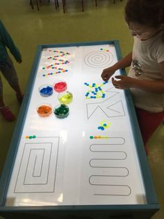 Lichttisch As they grow, the difficulty of the series that they are capable of making and even of th Sensory Table, Sensory Bins, Sensory Activities, Toddler Activities, Play Based Learning, Preschool Learning, Kindergarten Activities, Table Led, Light Table