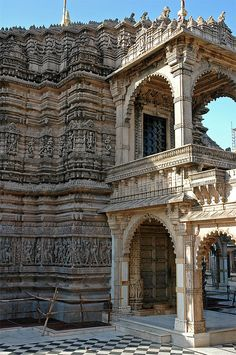 Palitana temples of Jainism, located on Shatrunjaya hill by the city of Palitana in Bhavnagar district, Gujarat, India. Indian Temple Architecture, Architecture Antique, India Architecture, Beautiful Architecture, Temple Indien, Jain Temple, Amazing India, Goa India, Jaipur
