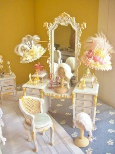 Miniature dressing table with hats Miniature Dollhouse Furniture, Miniature Rooms, Miniature Crafts, Dollhouse Dolls, Dollhouse Miniatures, My Doll House, Barbie House, Doll Houses, Victorian Dolls