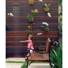 Casa e Jardim (@casaejardim) | A paisagista Irene Cisneros teve uma boa sacada neste jardim de 18 m²: criou um painel vertical com ripas de madeira e, ali, pregou vasos com orquídeas falenópsis e chuva-de-ouro. Foto Evelyn Müller e Tatiana Villa/Editora Globo #orquídeas #orquídea #paisagismo #jardim #jardinagem #acaradecasaejardim | Intagme - The Best Instagram Widget