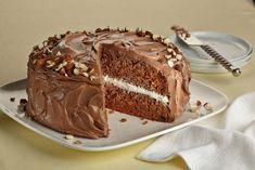 Tortul cu migdale si ciocolata este rafinat, foarte bogat si aromat. Alegeti cea mai buna ciocolata neagra pe care o gasiti, pentru a va putea bucura de un gust deosebit. Ingrediente:  200 grame de unt la temperatura camerei  400...