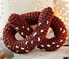 """Hæklet kringle til """"Der bor en bager"""" Crochet Fruit, Crochet Food, Crochet Kitchen, Crochet For Kids, Diy Crochet, Crochet Baby, Crochet Ideas, Christmas Knitting, Christmas Diy"""