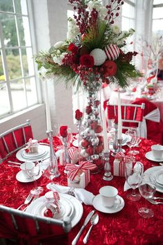 34 Gorgeous Christmas Tablescapes And Centerpiece Ideas Christmas Table Settings, Christmas Tablescapes, Christmas Table Decorations, Holiday Tables, Decoration Table, Centerpiece Ideas, Peppermint Christmas Decorations, Christmas Chandelier Decor, Christmas Arrangements