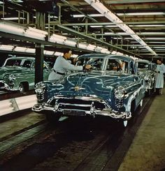 Blue 1950 Oldsmobile on the assembly line. Old American Cars, American Auto, American Classic Cars, Retro Cars, Vintage Cars, Antique Cars, Vintage Style, General Motors, Automobile