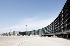 Sobriedad alemana (1) | Ampliación de la terminal A del aeropuerto de Frankfurt (Alemania), del estudio de arquitectos GMP, un espacio de líneas elegantísimas y una sobriedad característica de algunos de los más destacados equipos de la actual arquitectura alemana. (Foto: MARCUS BREDT)