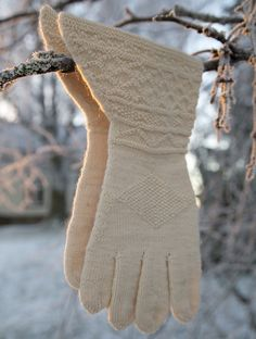 """Kopi av vanter fra Osterøy i Nordhordland. Strikket og fotografert av Heidi Fosssnes. Oppskrift i boken """"HÅNDPLAGG til bunader og folkedrakter"""""""