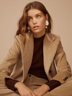Discover the latest trends in Mango fashion, footwear and accessories. Fashion Poses, Suit Fashion, Fashion Shoot, Editorial Fashion, Fashion Tips, Fashion Brands, Fall Fashion Trends, Autumn Fashion, Photography Poses