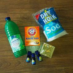 Schappen vol flessen, sprays en spuitbussen vind je in de supermarkt. Voor elk klusje is er wel een apart schoonmaakmiddel op de markt. Voor je het weet, heb je een keukenkastje vol. Maar is dat nou allemaal wel nodig? En kan het ook zonder die overvloed aan chemicaliën? Aromatherapy Candles, Green Cleaning, Natural Cleaning Products, Diy Hacks, Spray Bottle, Clean House, Housekeeping, Baking Soda, Cleaning Supplies