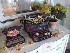 vintage typewriters OH LOVE LOVE> WANT ONE SO BAD!!