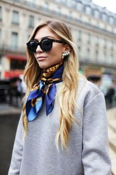 They Are Wearing: Paris Fashion Week Paris Fashion Week street style. Fashion Week Paris, Street Fashion, Milan Fashion, Sweatshirt Femme, Outfits Damen, Moda Paris, Granny Chic, Summer Scarves, Fashion News