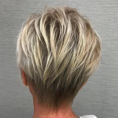 coupe de cheveux femme 50 ans pixie court blond clair