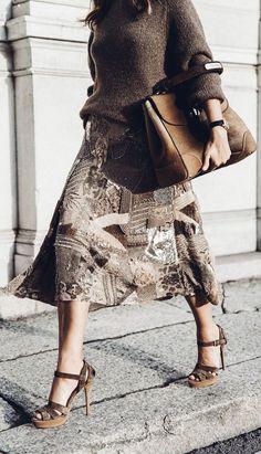 Sara Escudero de Collage Vintage porte un look de la Ralph Lauren Collection Automne 2015 : la jupe Daniela est brodée de perles de verre, perles tubulaires et paillettes entrelacés, un procédé nécessitant plus de 540 heures de travail à la main. Ce modèle en soie artisanale est sublime pour le soir.