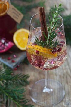 Pomegranate Orange Spritzer Recipe - Sparkling Pomegranate Orange Sprinkles as a drink for Christmas or New Year's Eve. // pomegranate orange spritz recipe - a fruity, sparkling drink for Christmas and New Year Eve. Sparkling Drinks, Fruity Drinks, Non Alcoholic Drinks, Cocktail Drinks, Cocktail Recipes, Drink Recipes, Aperitif Drinks, Winter Cocktails, Christmas Cocktail