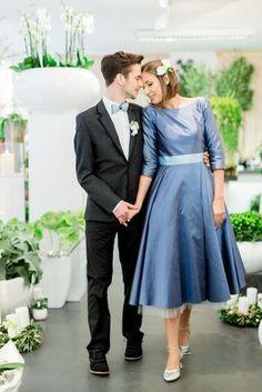 schlichtes 40er Jahre Hochzeitskleid mit Uboot-Ausschnitt und langen Ärmeln, taubenblauem Petticoat und Taillenband, passende Fliege in zwei verschiedenen Blautönen für den Bräutigam (Foto: Susanne Wysocki)