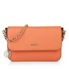 Fashionette wears orange: great handbag for summer nights: DKNY Bryant Park Crossbody Bag Saffiano. Fashionette.de