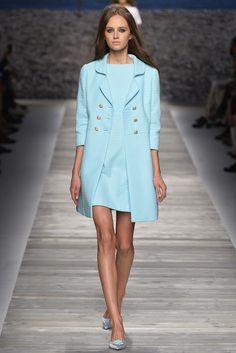 Más tarde, con la ayuda del diseñador de moda italiana Moschino, Anna Molinari comenzó a diseñar otras prendas de vestir, el desarrollo de una mirada de romanticismo nervioso.